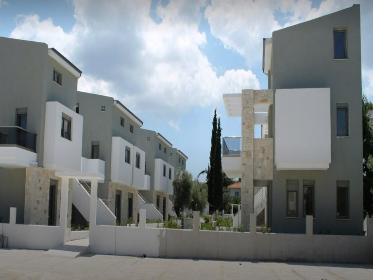 The incredible exterior of the luxury Apartments Chalkidiki in Pefkochori